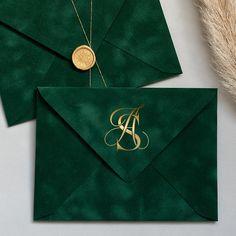 Acrylic Wedding Invitations, Wedding Invitation Design, Velvet Wedding Invitations, Simbolos Para Nicks, Emerald Green Weddings, Emerald Green Dresses, Pink Envelopes, Foil Stamping, Green Velvet