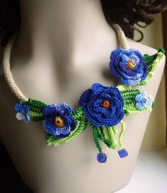 Crochet flower floral necklace in blue