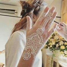 90 henna tattoo ideas - latest trends and beautiful motifs - Tattoo Ideen - Mehndi Designs, Henna Tattoo Designs, Mandala Tattoo Design, Henna Tattoos, White Henna Tattoo, Henna Inspired Tattoos, Pretty Henna Designs, Wedding Henna Designs, Henna Tattoo Hand