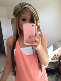 I wish you could see more of her HAIR & less of her phone...?!?!?