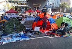 【北京時事】香港で連日続く民主派による街頭行動に支持を表明するため、中国の北京・天安門広場を11日に「占拠」しようとの呼び掛けがインターネット上であった。  市中心部の同広場や繁華街は普段から厳重な警備体制が取られており、同日夕までに混乱は伝えられていない。  香港の活動が参加者の持つ傘から「雨傘革命」と呼ばれていることにちなみ、傘を持ち天安門広場に集まるようツイッターで呼び掛けられた。