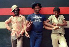 Dans les années 1970, la photographe Beth Lesser sillonnait l'île à la recherche des plus beaux looks d'une génération portée par le reggae. Rencontre.