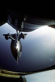 Lockheed SR-71 (conhecido como Blackbird): avião de reconhecimento estratégico, quase furtivo. Serviu a Força Aérea Americana (1964 - 1998). Clarence Johnson foi o principal projetista. A fuselagem de titânio suportava as temperaturas (200 - 300 °C) causadas pelo atrito com o ar em virtude da velocidade Mach 3. Dos 32 aviões fabricados, nenhum foi abatido, mas 12 sofreram acidentes / Photographer's Name: Sgt. P.A. Tubridy Date Shot: 1/1/1988 via Defense Imagery Mil