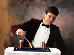 Aarnoud Agricola vertoont een klassieke goocheltruc in het begin van de jaren negentig: het bekerspel.
