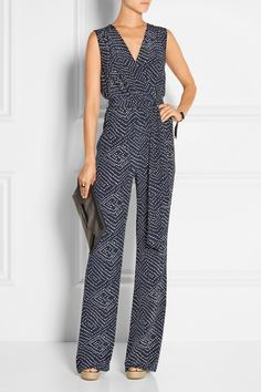 Diane von Furstenberg - Eva wrap-effect printed silk jumpsuit Classy Outfits, Cool Outfits, Casual Outfits, Casual Chic, Casual Wear, Salopette Jeans, Silk Jumpsuit, Langer Mantel, Elegantes Outfit