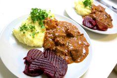 Jægergryde med kartoffelmos og rødbeder