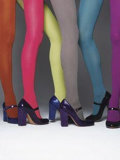 Como as meias-calças coloridas são bastante casuais, fica difícil usá-las com roupas sociais e de alfaiataria em ocasiões mais formais