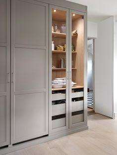Shakerkök i varmgrått med ett vackert vitrinskåp. Skåpet har 3 utdragbara lådor i målad massiv ask | Ballingslöv