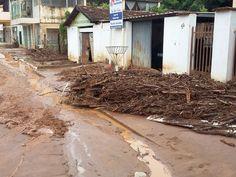 Após chuva córrego transborda e água atinge 40 casas em Aimorés MG
