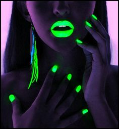 Glow in the dark make up usually use neon colors or UV factors that make the color absorb and reflect light in a dark room or space. This glowing effect will usually highlight the shape of your lips when using a glow in the dark lipstick. Dark Nail Polish, Dark Nails, Neon Nails, Polish Nails, Color Nails, Light Nails, White Polish, Black Light Makeup, Dark Makeup