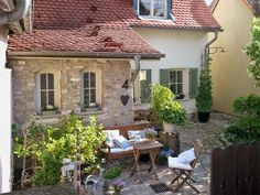 Viele Generationen hatten an dem Haus im Großraum Frankfurt herumgewerkelt. Erst mit der stilvollen Renovierung erhielt es ländlichen Charme zurück.