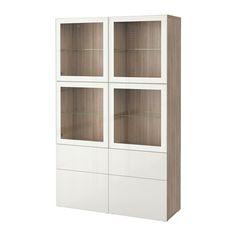 BESTÅ Oppbevaringskombi m vitrinedører - valnøttmønstret lys grå/Selsviken høyglanset/hvit klart glass, skuffeskinne, trykk-åpen-beslag  - IKEA