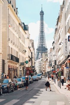 This is the most well-known street in the city of Paris. Its tree-lined walkways sweep from the Place de la Concorde to the Arc de Triomphe. Places To Travel, Travel Destinations, Places To Visit, Tour Eiffel, Paris Travel, France Travel, Paris Photography, Travel Photography, Paris France