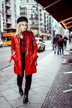 Outfit Inspiration: Roter Lacktrenchcoat und schwarze Lack Booties - Der perfekte Look für alle die auf den Britischen Style stehen und es gerne knallig haben! II Outfit by Christina Key from Berlin