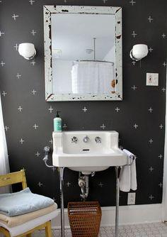 mur noir avec accents blancs pour votre salle de bains moderne