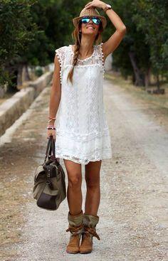 mode bohème chic pour l'été - robe courte et blanche en dentelle décorée de mini-pompons