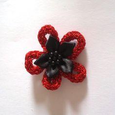 Voici une broche réalisée au tricotin mécanique avec du fil Lumina (DMC) rouge L666 et une fleur en tissu.    Plus d'info: http://operlines.eu/autres-loisirs-creatifs/creations/tricotin-loisirs-creatifs/broche-realise-au-tricotin-avec-du-fil-lumina/