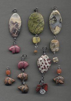Bottom pendant with speckles. Like the drop beads! Diy Jewelry Necklace, Rock Jewelry, Diy Jewelry Making, Stone Jewelry, Metal Jewelry, Beaded Earrings, Beaded Jewelry, Handmade Jewelry, Necklaces