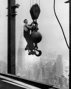 Posted 9 months ago 36 0 A worker on the job during the construction of the Empire State Building. A worker on the job during the construction of the Empire State Building. Alfred Stieglitz, Empire State Building, Old Pictures, Old Photos, Iconic Photos, Amazing Photos, Lewis Wickes Hine, Photographie New York, Rare Historical Photos