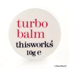 Der Turbo Balm von This Works ist ein vielseitiger Balsam, der sich auf allen trockenen Hautstellen, besonders Ellenbogen, Lippen, Fingernägeln und Fersen hervorragend einsetzen lässt.