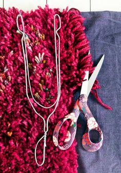 Tee itse ryijymatto | Meillä kotona Denim Crafts, Yarn Crafts, Diy And Crafts, Boho Cushions, Diy Pillows, Fabric Manipulation, Sewing Accessories, Hacks Diy, Diy Embroidery