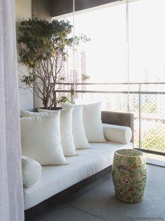 Móveis de fibra dão tom relax à varanda desse apê. Mais em www.historiasdecasa.com.br #todacasatemumahistoria #varanda #fibra