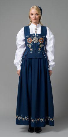 MALOBUNADEN Malolivet er kopiert etter et gammelt liv som tilhørte Anne Ingebriktsdotter Malo. Hun ble født i 1803, og da hun giftet seg med Erik Pedersen Skalde fra Kleive, bar hun dette livet. Broderimotivet på livet er tydelig inspirert av ei rosemalt kiste hun eide. Livet ble ferdiggjort rundt 1930. Broderiet på livet har gitt broderiene til stakk, lomme og lue. Folk Fashion, Ethnic Fashion, Womens Fashion, Norwegian Clothing, Scandinavian Fashion, Clothing And Textile, Folk Costume, Traditional Dresses, Cosplay