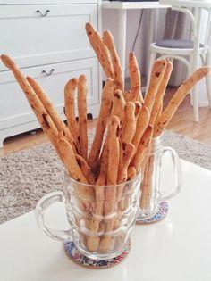 A grissini, azaz az olasz rágcsálnivaló tökéletes házi ropi: pár hozzávalóból, kevés munkával készül, ráadásul egészségesebb is a chipseknél és bolti ropiknál! ;) Az aszalt paradicsomos grissini a kedvencem. :) Hozzávalók: - 400 g kenyérliszt (vagy sima liszt) - 1 tk só - 3 ek olívaolaj (vagy… Chips, Food And Drink, Cookies, Blog, Biscuits, Potato Chip, Cookie Recipes, Cake, Potato Chips