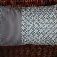 Housse de coussin 30x50 patchwork de tissus assortis bleus style scandinave