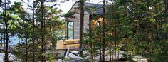 Helsingin saaristoon rakennettiin sauna ja saunatupa. Rakennukset suunniteltiin maisemaa kunnioittaen. Hyvin pelkistetyt rakennukset on aseteltu rantaviivan mukaan, jolloin ne muodostavat kiehtovan kokonaisuuden. Modern Log Cabins, Beach House, Outdoor Structures, Nice, House Styles, Houses, Dream Homes, Home Decor, Summer