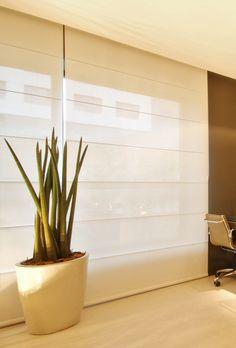A persiana romana em tecido off white ao mesmo tempo que proporciona privacidade, permite entrada de luminosidade no ambiente http://ow.ly/9Kr6d