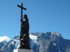 El paso de Uspallata y el monumento Cristo Redentor de los Andes a 3850msnm sobre la cordillera de los Andes.
