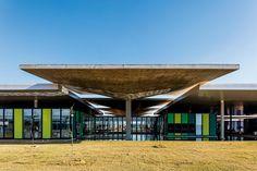 As marquises centrais, tanto as de concreto quanto as revestidas com painéis translúcidos, captam as águas da chuva. A ventilação cruzada é favorecida pela diferença de alturas entre os tipos de cobertura