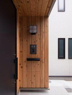 三層回遊の家 ウェスタンレッドシダー張りの玄関ポーチ 郵便受けは目地に合わせて製作 玄関 / 木 / ポーチ / 機能門柱 / 表札 / ポスト / 郵便受け / インターホン