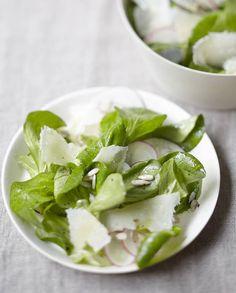 Salade de mâche au parmesan pour 4 personnes - Recettes Elle à Table Salty Foods, Tasty, Yummy Food, Parmesan, Grubs, Spinach, Feta, Healthy Recipes, Healthy Food