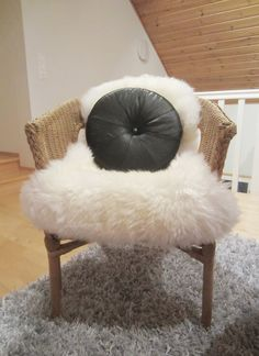 Tee-se-itse-naisen sisustusblogi: Round Leather Pillow Made Out Of Recycled Vintage Leather Jacket