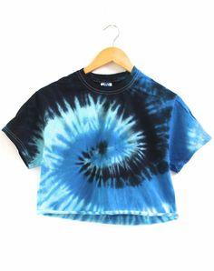 Camiseta corta unisex Ocean Tie-Dye - Era of Artists tye tinte camisetas Cute Tie Dye Shirts, Cut Shirts, Band Shirts, Diy Tie Dye Crop Top, Blue Tie Dye Shirt, Tie Dye Tops, Tie Dye Outfits, Cute Outfits, Belly Shirts