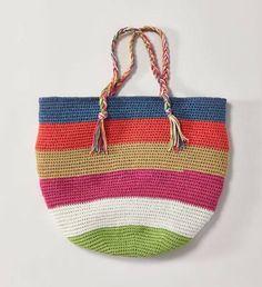 Diese Tasche häkeln wir uns als bunten Begleiter für den Sommer. Sie hat geflochtene Henkel, mit der man sie auch über der Schulter tragen kann.