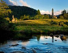 Le site de Glendalough, dans le Wicklow pour une belle randonnée irlandaise !   #glendalough #walking #ireland #irlande #alainntours #wicklow #nature   © Tourism Ireland