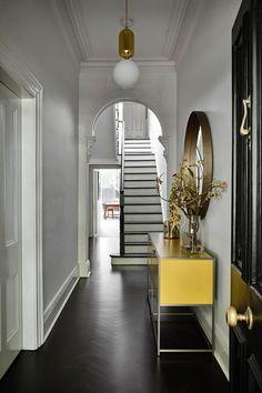 Escalier blanc ou noir ? Victorian Terrace House, Victorian Homes, Passive Design, Extension Designs, Decoration Entree, Hallway Designs, Indoor Outdoor Living, Staircase Design, Great Rooms
