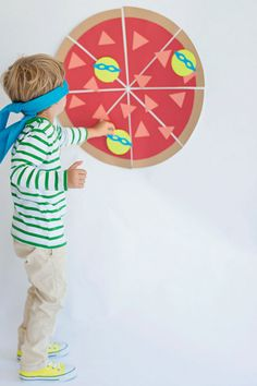 Teenage Mutant Ninja Turtles Party - pin the turtle on the pizza game - with instructions on how to make it! Ninja Turtle Party, Ninja Turtles, Ninja Party, Ninja Turtle Games, Turtle Birthday Parties, Ninja Turtle Birthday, Teenager Birthday, Boy Birthday, Carnival Birthday
