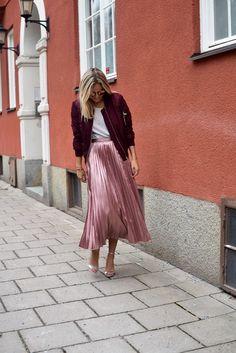 pink metallic skirt and bomber jacket, street style outfit Fashion Moda, Fashion 2017, Look Fashion, Fashion Outfits, Womens Fashion, Fashion Images, Pleated Skirt, Dress Skirt, Midi Skirt