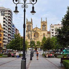 """""""Adentrándonos en el interior del casco urbano de Gijón podemos visitar también algunas de sus iglesias, plazas, fuentes y paseos, como éste del Paseo de Begoña –el más popular de Gijón, después del imbatible Paseo del Muro– con la iglesia de San Lorenzo al fondo."""" David Arias Barreras  Foto: @david__arias (#Iger invitado de esta semana)  @igers_gijon @igersasturias  #Escultura #Sculpture #Gijón #Xixón #Asturias #Asturies #AsturiasConSal #GijonAsturiasConSal #GijonNorthernSpainWithZest…"""