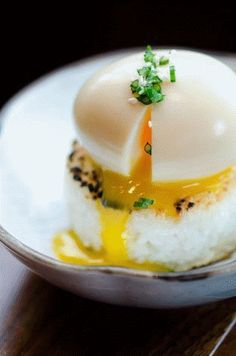 Soft boiled egg on crispy rice cake !Japanese crispy rice cakes, also known as yaki onigiri, are made using sushi rice dipped in soy sauce and lightly fried in sesame oil. Think Food, I Love Food, Good Food, Yummy Food, Egg Recipes, Cooking Recipes, Sushi Recipes, Cooking Time, Dinner Recipes