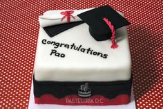 Pequeña torta para un grado. Cubierta y toppers en fondant / Small graduation cake covered with fondant. Graduation Cookies, Graduation Celebration, Savoury Cake, Clean Eating Snacks, Cake Designs, Cake Pops, Fondant, Cupcake Cakes, Cake Decorating