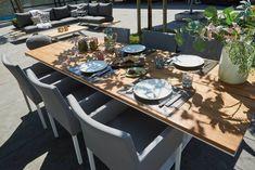 De Stockholm tuintafel heeft een slim uitgedacht design waarbij je de tuinstoelen overal rondom de tafel kunt zetten zonder tegen een tafelpoot aan te zitten. Het design is strak en modern en leverbaar in twee verschillende kleuren en maten.