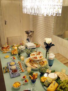 Delicinhas para receber em casa | Blog da Michelle Mayrink Party Food Buffet, Party Dishes, Brunch Mesa, Fondue Party, Brunch Party, Coffee Break, Dessert Table, Afternoon Tea, Entrees