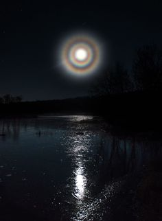 Moon Corona - Norway A typical corona is only couple degrees in diameter and closely fringes the moon. Although not as intense as a solar rainbow, coronas may appear in several colors. On rare occasions lunar halos and lunar coronas can appear together. Stars Night, Foto Picture, Cool Photos, Beautiful Pictures, Sky Photos, Shoot The Moon, Moon Magic, Beautiful Moon, Natural Phenomena