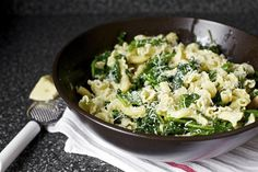 Pasta with garlicky broccoli rabe via Smitten Kitchen. Try using whole grain pasta for even better nutrient boost. Broccoli Raab, Garlic Broccoli, Garlic Pasta, Broccoli Fritters, Fried Broccoli, Broccoli Pasta, Risotto, Butter Pasta, 3 Ingredient Recipes