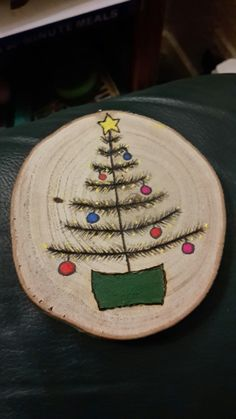 Thisssss one please! Wooden Christmas Ornaments, Rustic Christmas, Christmas Art, Christmas Projects, Christmas Decorations, Wood Burning Crafts, Wood Crafts, Diy Wood, Rena